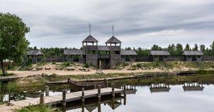 Medeltida landskap nära sjön royaltyfri fotografi