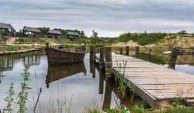 Medeltida landskap nära sjön arkivbilder