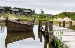 Medeltida landskap nära sjön royaltyfri foto