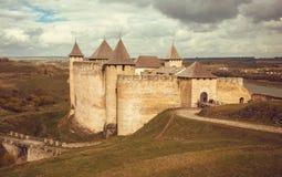 Medeltida landskap och väggar av strukturen den Khotyn fästningen, Ukraina Byggt i det 14th århundradet Arkivbild