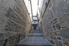 Medeltida lappad och kliven gata med blommiga balkonger och p arkivfoton