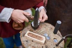 Medeltida metall som bearbetar för framställning av mynt Royaltyfria Foton