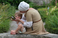 Medeltida moder med sonen Arkivfoton