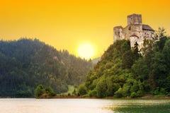 Medeltida Niedzica slott på Czorsztyn sjön Arkivfoton
