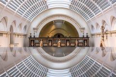 Medeltida och renässansgalleri på Victoria och Albert Museum, London UK, reflekterad i exponeringsglas fotografering för bildbyråer
