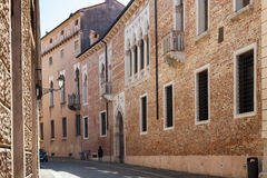 Medeltida palazzo på contra porti för gata i Vicenza Arkivfoton