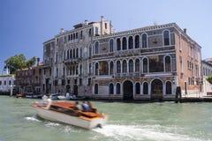 Medeltida palazzosslottar på Grand Canal i Venedig Arkivfoto