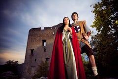 Medeltida par med fästningen Royaltyfri Foto