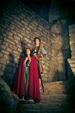 Medeltida par med fästningen Royaltyfria Bilder