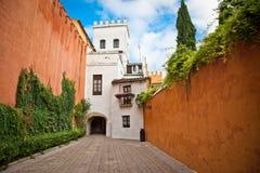 Medeltida passage i gammal del av Seville, Spanien. arkivbild
