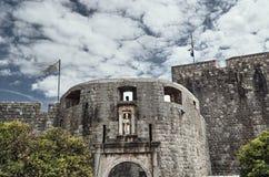 Medeltida port och vallar i staden av Dubrovnik Royaltyfri Foto