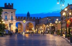Medeltida portar till piazzabehån i Verona på natten Arkivbild