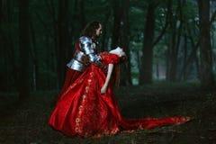 Medeltida riddare med damen royaltyfri foto