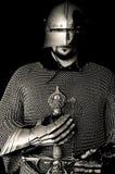 Medeltida riddare med hjälmen och svärdet Arkivbilder