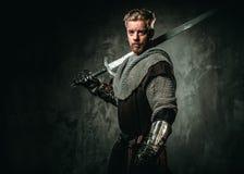 Medeltida riddare med svärdet och pansaret royaltyfria bilder