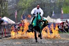 Medeltida riddare på hästrygg Arkivfoto