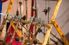 Medeltida riddaresvärd på smutsig träyttersida Medeltida vapen för nära strid Royaltyfria Foton