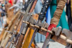Medeltida riddaresvärd på smutsig träyttersida Medeltida vapen för nära strid Fotografering för Bildbyråer