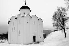 Medeltida rysk ortodox kyrka i svartvitt royaltyfri fotografi