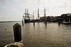 Medeltida seglingskepp i hamn Arkivbild