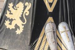 Medeltida sköldar bredvid krigtältet Royaltyfri Foto