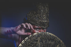 Medeltida skäggig mankrigare med metallhjälmen och sköld som är lös Arkivfoton