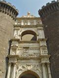 medeltida skulptur för slottport under Royaltyfri Bild