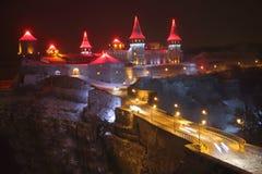Medeltida slott överst av en klippa på natten Royaltyfri Fotografi