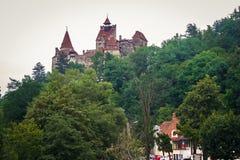 Medeltida slott av kli som är bekant för myten av Dracula, på ett berg i Transylvania, Rumänien arkivbild