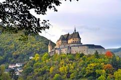 Medeltida slott av Vianden överst av berget i Luxembourg Fotografering för Bildbyråer