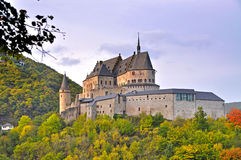 Medeltida slott av Vianden överst av berget i Luxembourg Royaltyfri Bild