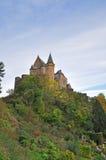 Medeltida slott av Vianden överst av berget i Luxembourg Arkivfoto