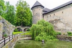 Medeltida slott i byn av den Velke meziricien arkivfoto