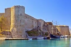 Medeltida slott i den gamla hamnen i Kyrenia, Cypern. Royaltyfri Foto