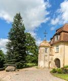 Medeltida slott i den Jaunpils staden, Lettland Royaltyfri Fotografi