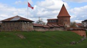 Medeltida slott i Kaunas, Litauen med flaggaflyg Fotografering för Bildbyråer