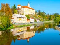 Medeltida slott Ledec nad Sazavou Reflexion i den Sazava floden, Tjeckien Royaltyfria Foton