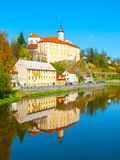 Medeltida slott Ledec nad Sazavou Reflexion i den Sazava floden, Tjeckien Arkivfoto