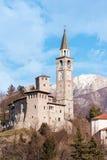 Medeltida slott och belltower i Italien royaltyfri foto