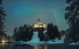 Medeltida slott och sjö med morgonrodnad Royaltyfri Bild