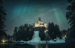 Medeltida slott och sjö med morgonrodnad Arkivbild