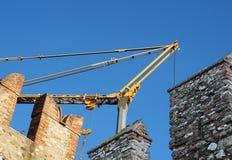 Medeltida slott på konstruktion detalj under rekonstruktion med hjälp av en tung kran Royaltyfria Foton