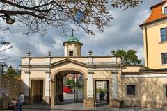 Medeltida slottport i Bratislava, Slovakien royaltyfri fotografi