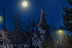Medeltida slotttorn i månskenet arkivbild