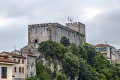 Medeltida slotttorn och kyrka av San Vicente de la Barquera, fotografering för bildbyråer