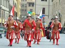 Medeltida soldater i en reenactment i Italien Arkivbilder