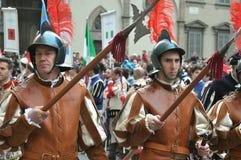 Medeltida soldater i en reenactment i Italien Arkivfoto