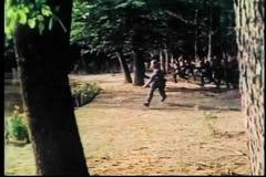 Medeltida soldater som får in i positionen för strid stock video