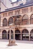 Medeltida springbrunn i den Mercanti fyrkanten i Milan Royaltyfria Foton