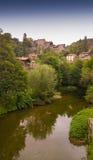 Medeltida stad med floden Arkivfoto